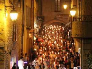 El pueblo de Valbona - Valbonne- celebra las Fiestas de San Juan, la noche del 24 de junio, en la Plaza de los Arcos.