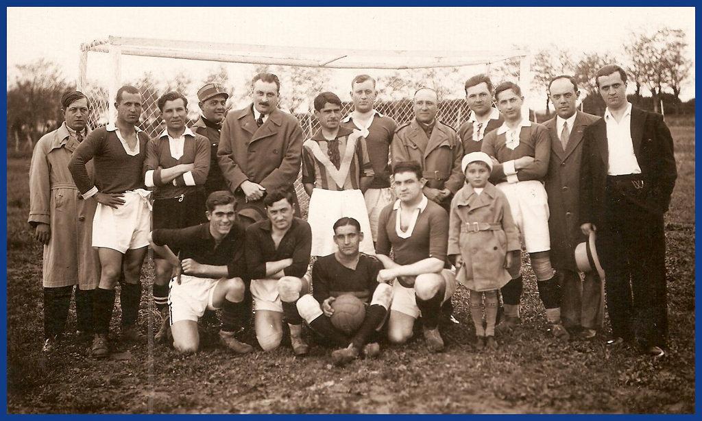 """1933, Călărași. Eugen Cialîc, """"primarul cultural"""", alături de membrii echipei """"Venus"""" Călăraşi, pe stadionul Regimentului 23 Infanterie"""