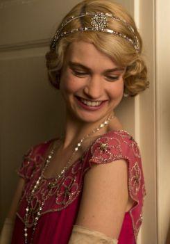 """Lily James est lady Rose dans la série """"Downton abbey""""."""
