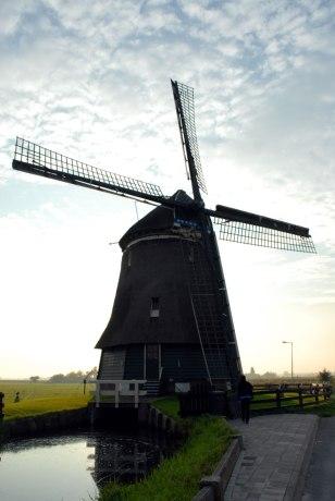 Le superbe moulin de Volendam, couvert de chaume, il date de 1896