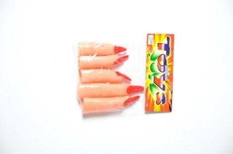 Dedos uñas rojas