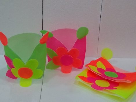 Gorro con flor fluor