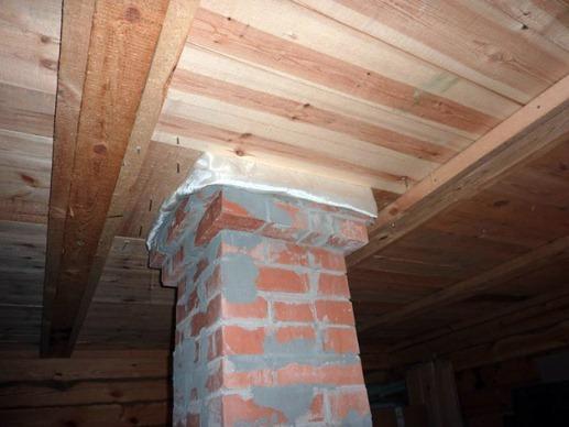 прокладка дымовыводящей трубы через потолок