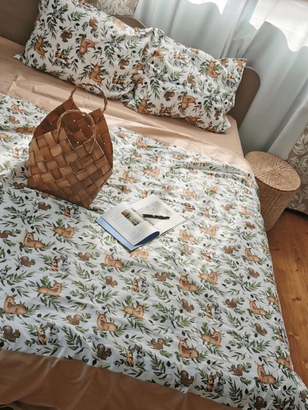 set de pat din bumbac uni maro teracota si muselina organica imprimata cu animale