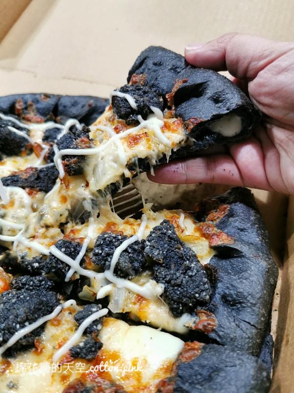 20201014214122 47 - 萬聖節特製黑色披薩太妙了!必勝客最新口味比薩連炸雞都是黑的~