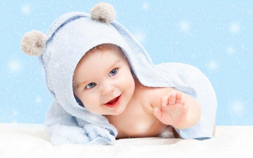 un beau bébé content