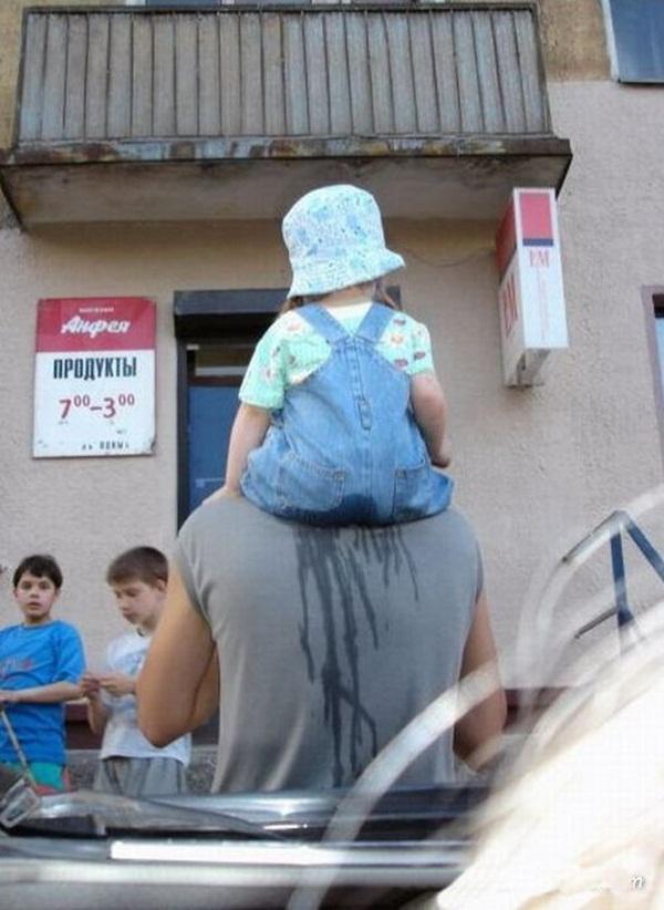 bébé s'échappe sur les épaules de son papa