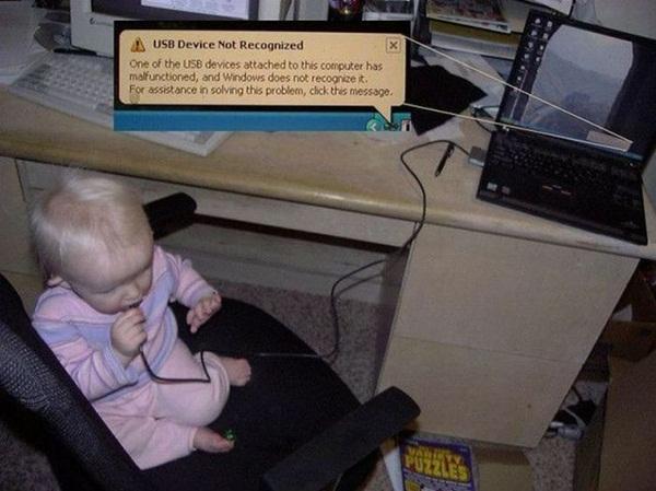 un bébé qui utilise un ordinateur dans drôles de bébés
