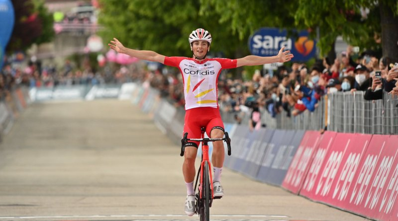 Victor Lafay celebrates victory while crossing the finishing line of stage 8 of the 2021 Giro d'Italia