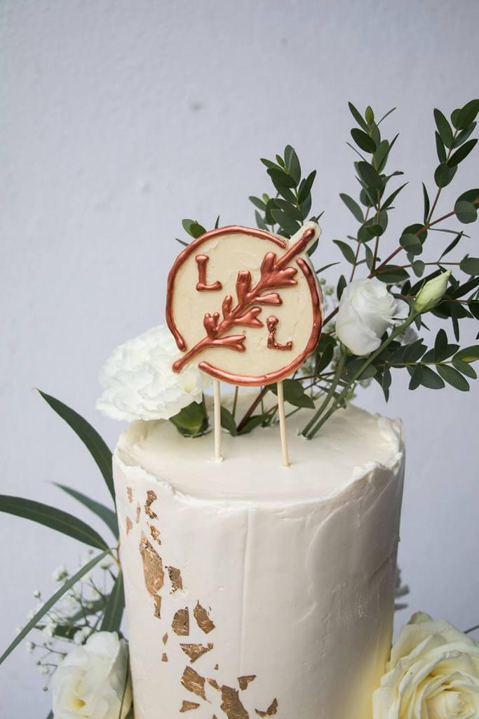 Gold-and-white-Wedding-Cake-recipe-Weiße-Hochzeitstorte-mit-blumen (3)