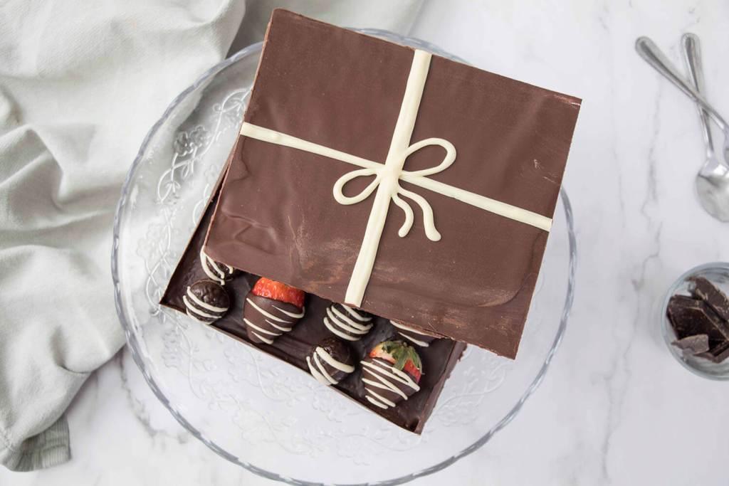 Valentines-Day-Chocolate-Box-Cake-Valentinstag-Torte-Pralinenschachtel-Torte-red-velvet-torte (1)
