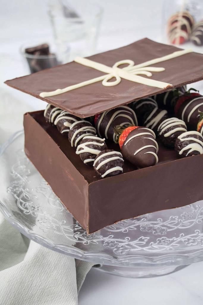 Valentines-Day-Chocolate-Box-Cake-Valentinstag-Torte-Pralinenschachtel-Torte-red-velvet-torte ( (3)