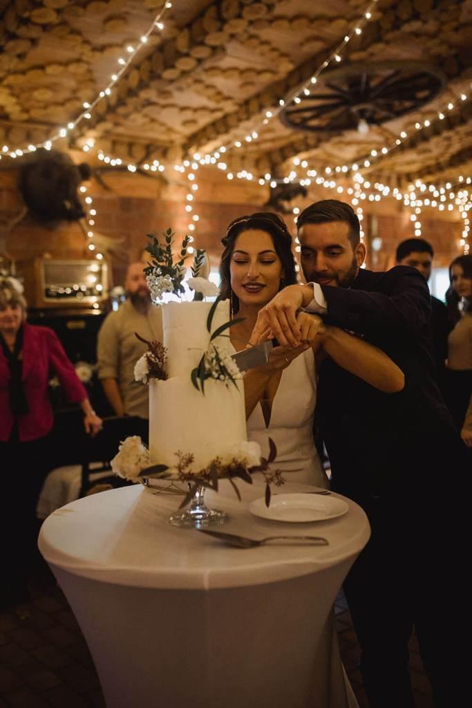 White-and-Gold-Wedding-Cake-with-Cake-Topper-Weiß-Gold-Hochzeitstorte-mit-Cake-Topper (1)
