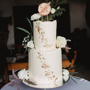 White-and-Gold-Wedding-Cake-with-Cake-Topper-Weiß-Gold-Hochzeitstorte-mit-Cake-Topper (13)