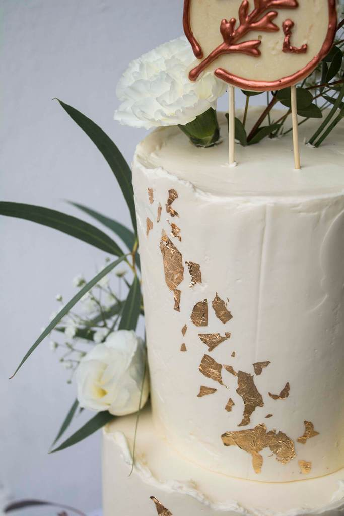 White-and-Gold-Wedding-Cake-with-Cake-Topper-Weiß-Gold-Hochzeitstorte-mit-Cake-Topper (7)