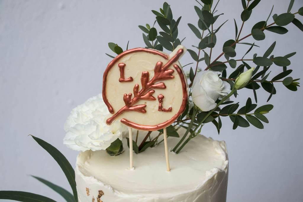 White-and-Gold-Wedding-Cake-with-Cake-Topper-Weiß-Gold-Hochzeitstorte-mit-Cake-Topper (8)