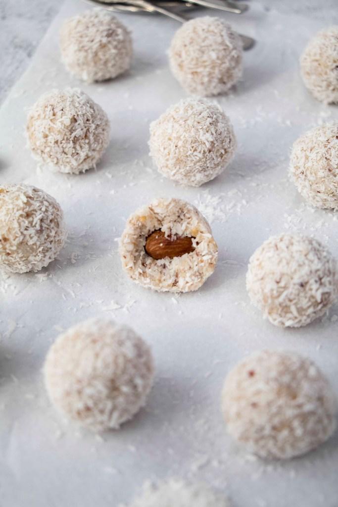 healthy-coconut-balls-healthy-raffaello-gesunde-kokosbällchen-zuckerfreie-Raffaello-rezept (1)