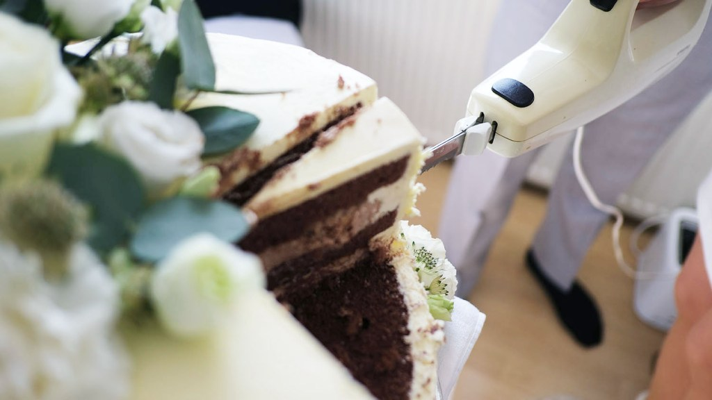 small-wedding-cake-elegant-romantic-kleine-hochzeitstorte-mit-blumen (1)