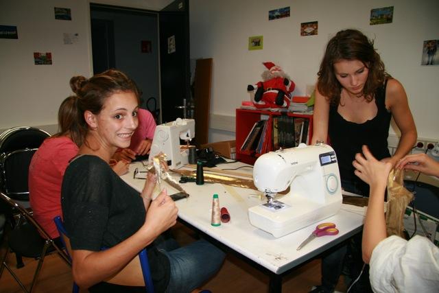 Des élèves ingénieurs apprennent la couture