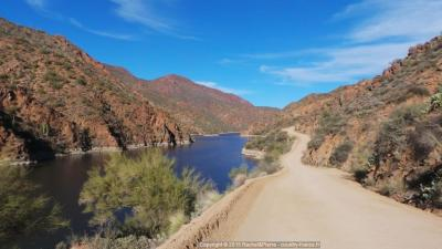 L'Apache Trail longe la Salt River