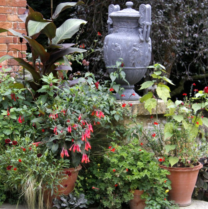 hidcote-pots-with-urn