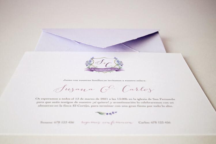 Invitación de boda clásica escudo con iniciales y sobre artesanal