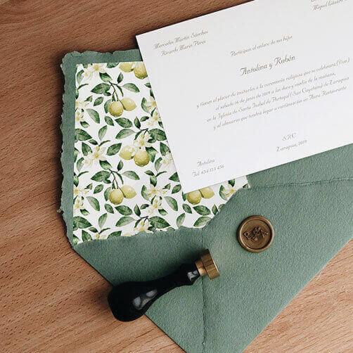 Invitación de boda clásica con sobre forro limones