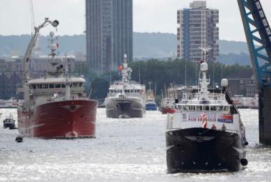 A flotilla of fishing vessels campaigning to leave the European Union sails under Tower Bridge on its way up the river Thames in London, Britain June 15, 2016. REUTERS/Stefan Wermuth