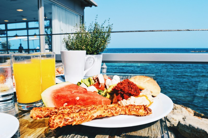 Breakfast right next to the Mediterranean Sea © CoupleofMen.com