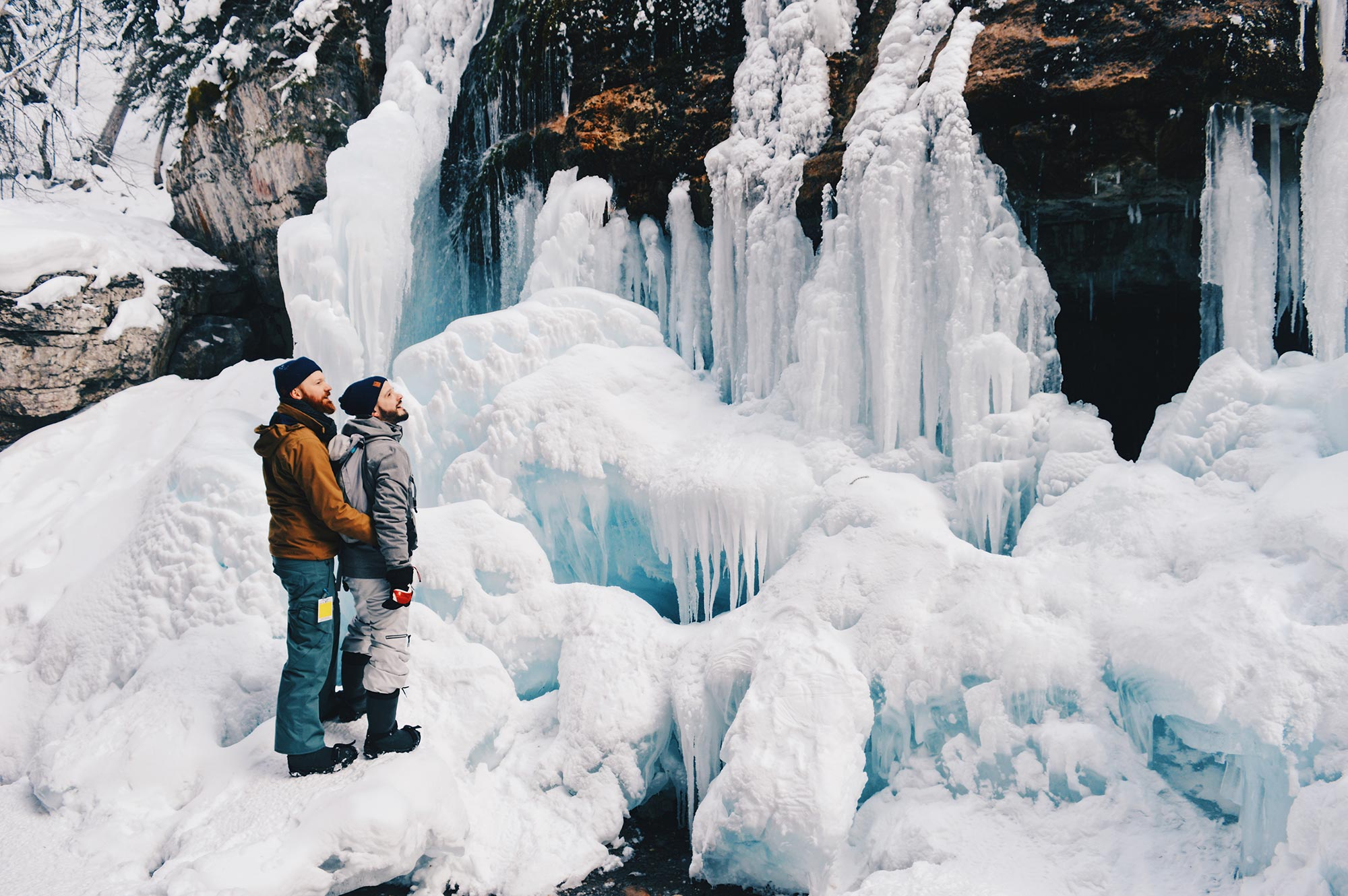 Gay Winterreise Kanada Jasper Ice Pride Maligne Canyon Ice Walk Tour © CoupleofMen.com