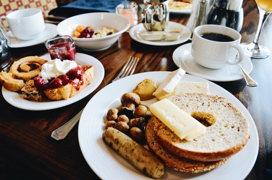 Breakfast with Mountain View | Fairmont Banff Springs Castle Hotel Gay-Friendly © CoupleofMen.com