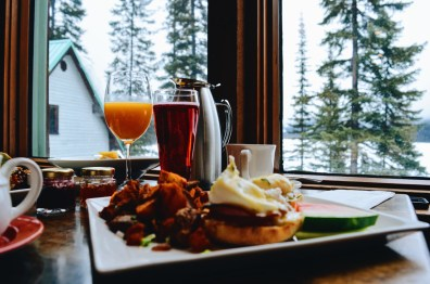 Breakfast with Eggs Benedict and a view | Emerald Lake Lodge gay-friendly © Coupleofmen.com