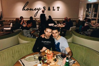 Schwulenfreundliche Restaurants Vancouver Seby and Stefan from the Nomadic Boys testing Honey Salt Restaurant | Gay-friendly Restaurants Vancouver © Coupleofmen.com