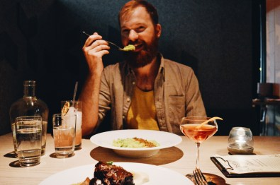 Schwulenfreundliche Restaurants Vancouver Schwulenfreundliche Restaurants Vancouver Daan enjoying his vegetarian dish at Juniper restaurant | Gay-friendly Restaurants Vancouver © Coupleofmen.com