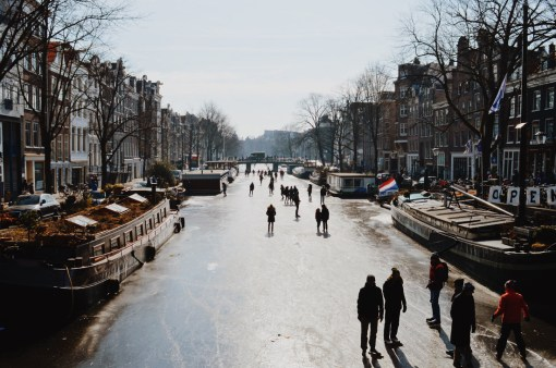 Ice-Skaters on Prinsengracht | Amsterdam Frozen Canals © Coupleofmen.com