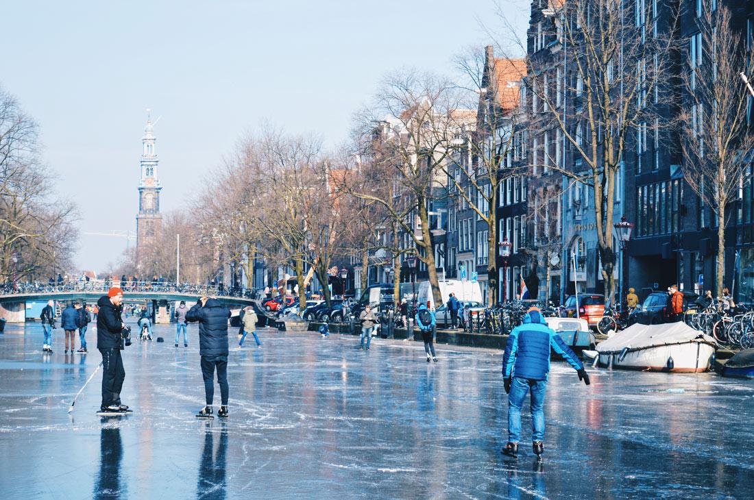 Ice-Hockey on Prinsengracht   Amsterdam Frozen Canals © Coupleofmen.com