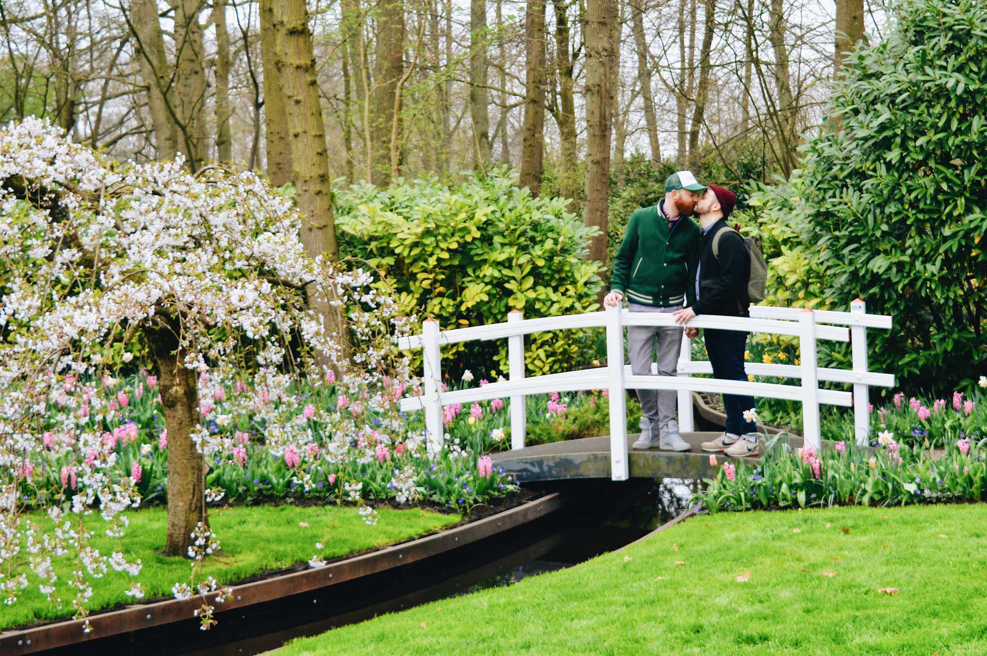 Keukenhof Reiseführer für schwule Männer With a kiss between two men we start Spring in the Netherlands | Keukenhof Tulip Blossom Holland © Coupleofmen.com