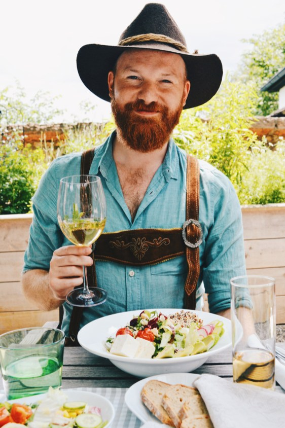 Gay Städtetrip Salzburg Daan enjoying his delicious salad from home-grown vegetables and local ingredients | Travel Salzburg Gay Couple City Trip © coupleofmen.com