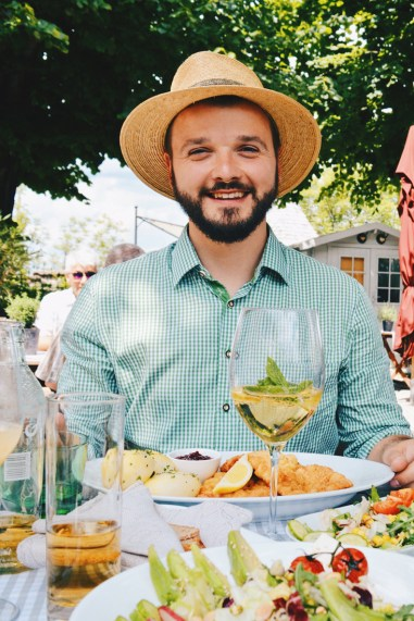 Gay Städtetrip Salzburg Karl loves his Wiener Schnitzel at Franziskischlössl on Kapuzinerberg | Travel Salzburg Gay Couple City Trip © coupleofmen.com