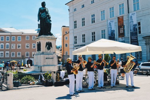 Gay Städtetrip Salzburg Live music at square Mozartplatz in front of the Mozart statue | Travel Salzburg Gay Couple City Trip © coupleofmen.com