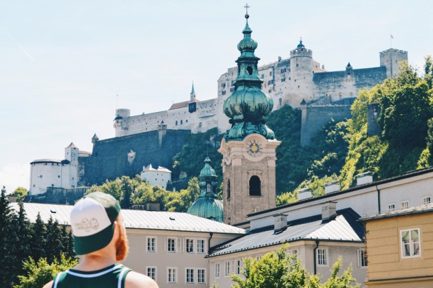 Gay Städtetrip Salzburg Daan overlooking the square Max-Reinhardt-Platz and the Fortress | Travel Salzburg Gay Couple City Trip © coupleofmen.com