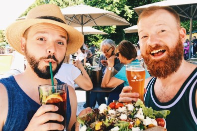 Gay Städtetrip Salzburg Lunch break at Park Café Hellbrunn with local beer and homemade limonade | Travel Salzburg Gay Couple City Trip © coupleofmen.com