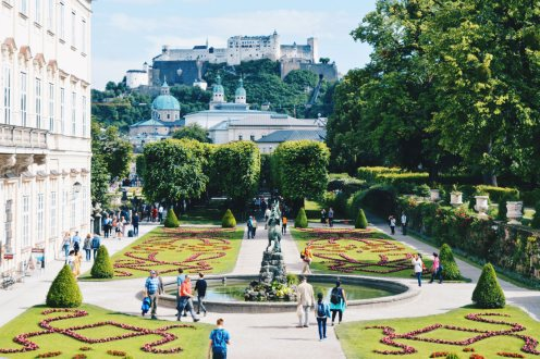 Gay Städtetrip Salzburg UNESCO World Heritage Site Mirabell Palace with its famous beautiful Gardens and view over Fortress | Travel Salzburg Gay Couple City Trip © coupleofmen.com