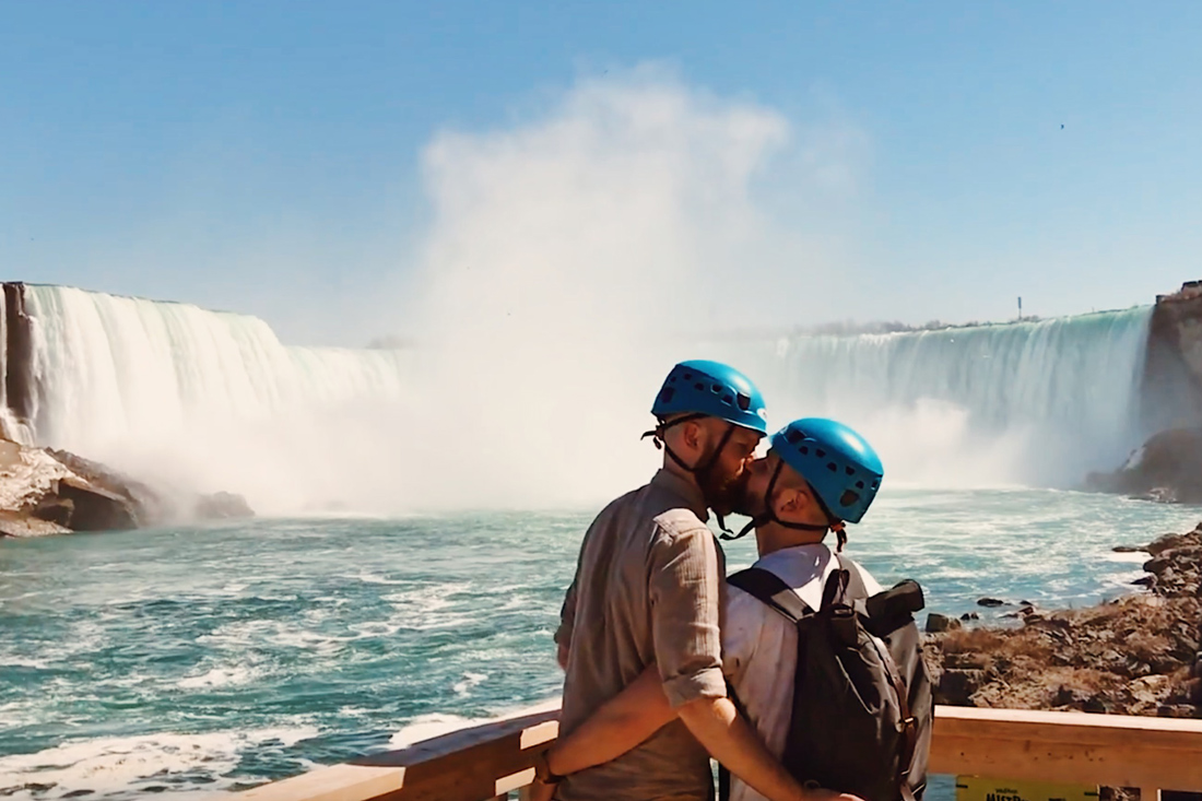 Abenteuer Niagara Fälle Kanada And the happy kiss after the flight with a stunning background | Must Do's Niagara Falls Canada © Coupleofmen.com