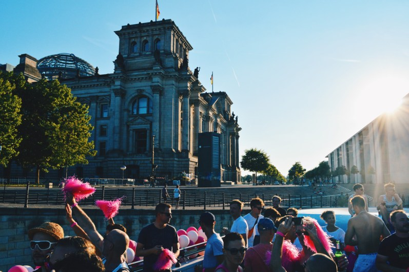 Catching the sunset over the Reichtags Building Berlin | CSD Berlin Gay Pride 2018 © Coupleofmen.com