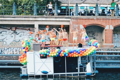 Celebrating half naked men aside of the Canal parade, even if you are not on a official cruise boat | CSD Berlin Gay Pride 2018 © Coupleofmen.com