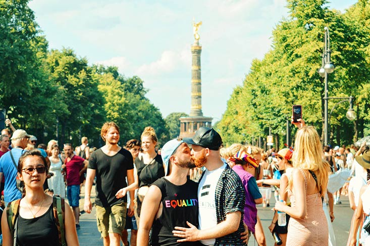 LGBTQ+ Aktivisten der Queer Community Gay Kiss - of a Couple of Men | CSD Berlin Gay Pride 2018 © Coupleofmen.com