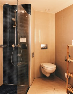 Spacious bathroom with huge walk-in shower | Scandic Berlin Kurfürstendamm gay-friendly Hotel © Coupleofmen.com