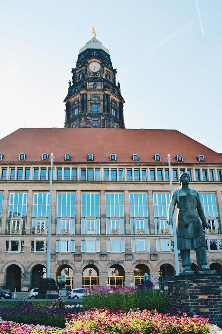 """Dresden City Hall with the monument """"Denkmal der Trümmerfrau"""" © Coupleofmen.com"""