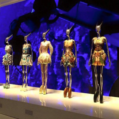 V&A Museum Alexander McQueen Savagy Beauty Dresses | Kurztrip London Tipps Tricks © Coupleofmen.com
